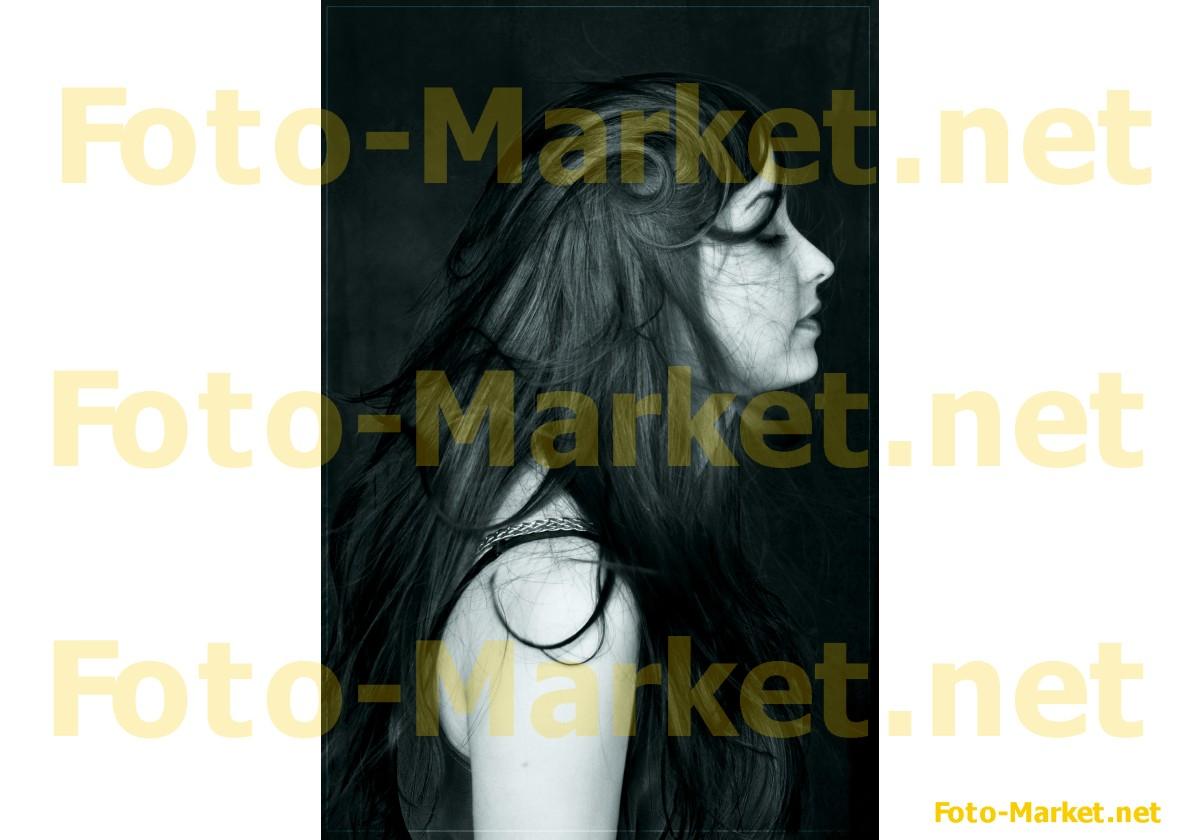 Девушки с черными волосами сбоку
